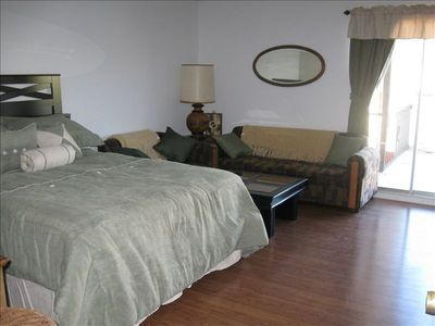 Second guest bedroom, queen size bed plus sitting area and balcony. Cable TV