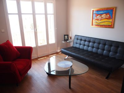 Musicians' Quarter apartment rental - Light floods into the living room from its southern exposure.