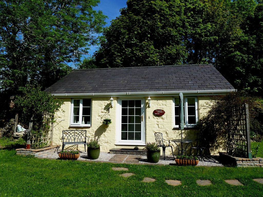 Tyddyn sydney bach 5 holiday cottage just vrbo for Cheap 5 bedroom houses for sale