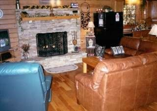 Bryson City cabin photo - Gas Log Fireplace w/Remote Control, Leather Furn.