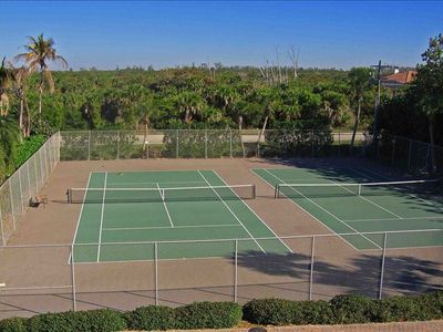 Sanibel Island condo rental - The two Pointe Santo Tennis Courts