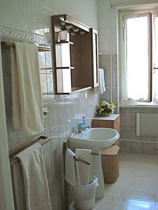 Bathroom w/ sink & accesories