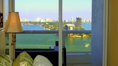 Miami Magic Vacation Rental. 2nd bedroom. Shades. TV cable. Wi-Fi. Play Station.