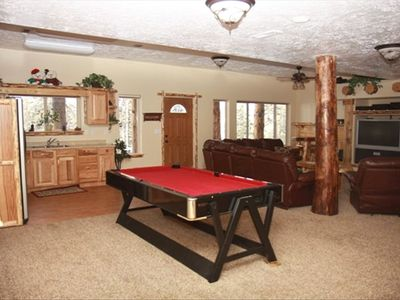 Large Family Room/Big screen TV/Pool/Foosball/Full sized kitchen