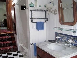 Surry cottage photo - Master bath with access to 2nd bedroom.