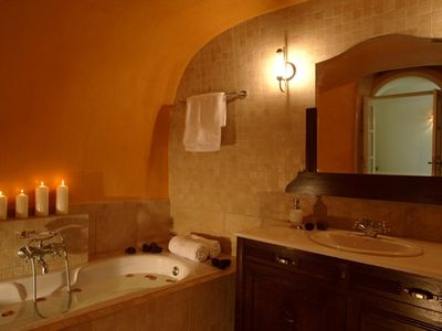 East Canava bathroom, available exclusively to both East Canava rooms