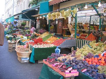 Marché Poncelet :open 7 days a week just one block away