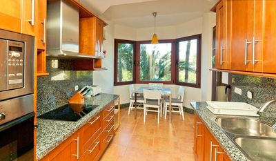 Well equipped modern kitchen & breakfast area