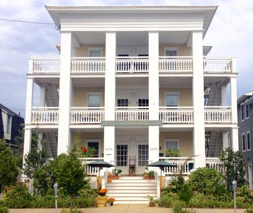 Pawling Apartments... 2 car parking, ocean views, sleeps 6, bikes, 1/2 bl beach.