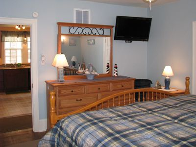 1st floor king bedroom w/flat screen TV & direct access to 1st floor common bath