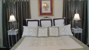 The Grape Suite. King bed. Full size kitchen. Great for extended stays.