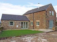 GOULDS BARN, family friendly, with a garden in Longnor, Ref 3722