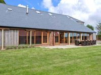 RANBY HILL BARN, pet friendly, with hot tub in Horncastle, Ref 25054