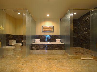 INDULGE AFTER A DYNAMIC DAY IN YOUR SOOTHING SPA TUB