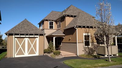 MOUNTAIN VIEWS, WIFI, FREE PASSES,3 SPORT CENTERS,POOLS, HOTTUBS,WALKING TRAILS!