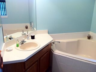 Main Bathroom & Tub