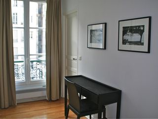 Neuilly-sur-Seine apartment photo - Bedroom and desk. Chambre et bureau.