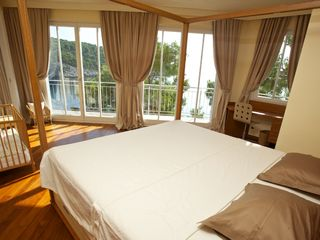 Milna villa photo - Master bedroom with balcony overlooking the sea