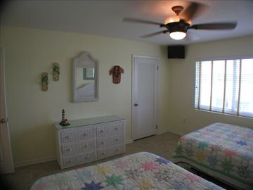 Large 2nd bedroom: 2 double beds, flat screen TV w/cable and a ceiling fan.