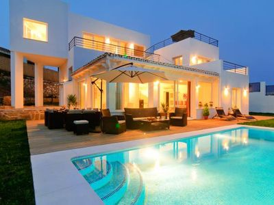 Marbella villa with amazing views, pool and private jarden