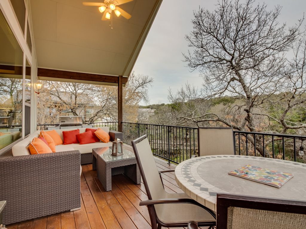Dog-friendly Hill Country home w/ cozy furnished deck, ping-pong table