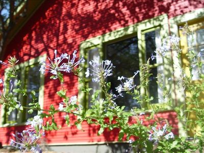 Soco Spaces: Red House. Quiet, adorable bungalow - 2 blocks from popular SoCo!