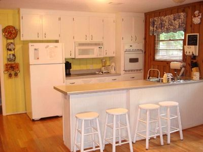 Hartwell Lake house rental - Kitchen with Breakfast Bar, New Cooktop and Stove