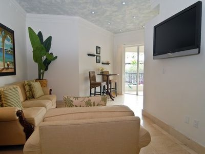 Living room with tropical flair and sky blue venetian plaster ceiling