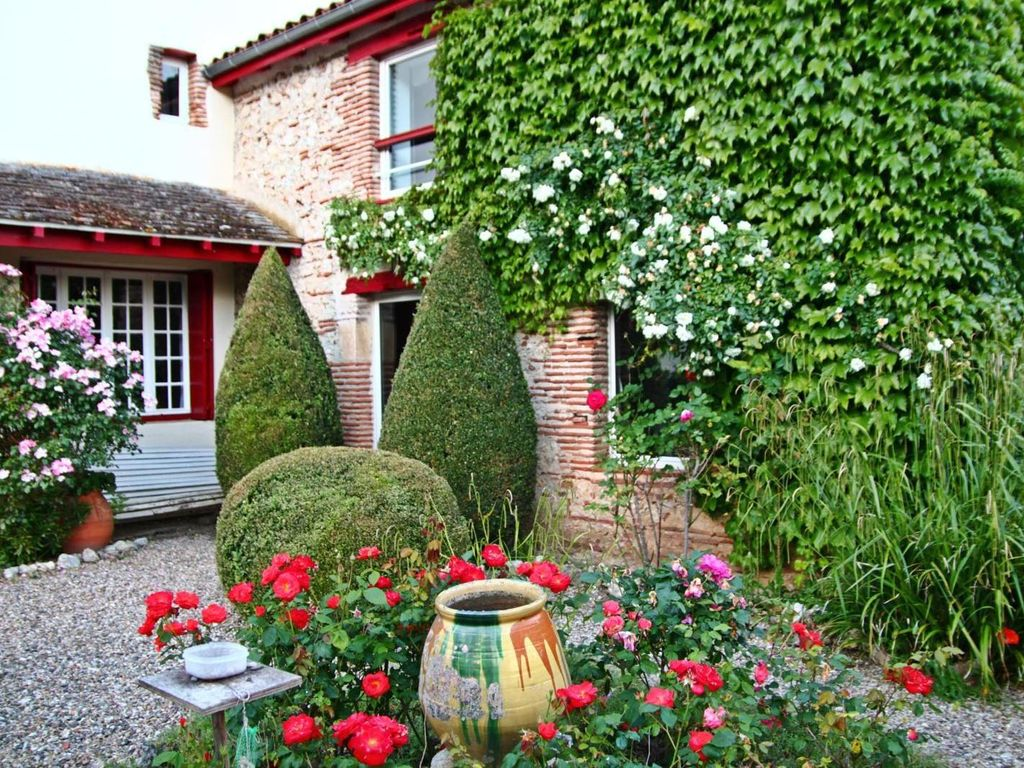 Tr s jolie maison du village dominant le lot calme for Fleurir son jardin