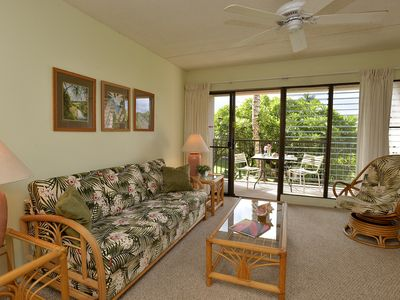 Living room with view to lanai