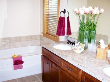 Main Master Bath, Jetted Tub, Separate Lav/Shower Room (Suncadia Area Rental)