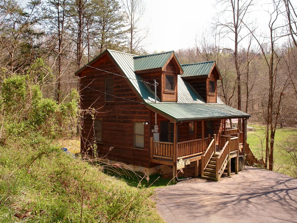 Cabin in between gatlinburg and pigeon forge vrbo for 1 bedroom pet friendly cabins in gatlinburg tn