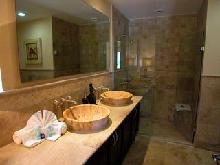 Playa del Carmen condo photo - Travertime marble Master Bathroom