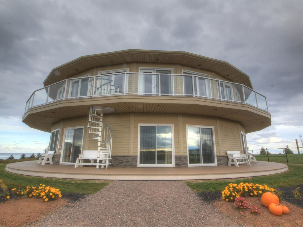 Canada s rotating house luxury suites tours vrbo for Houses for sale with suites