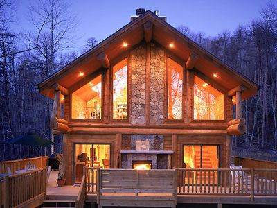 Watershed 1, Roomy Secluded Hand Crafted Log Cabin Close to Nantahala River and Fontana Lake