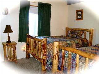 Klamath Falls cabin photo - Two Full size beds can sleep up to 4 adults.