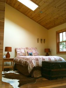 ZENADU: CHICAGO CHIC MEETS WOODLAND RUSTIC IN THIS TRANQUIL RETREAT - Queen bed in guestroom private bathroom & entrance