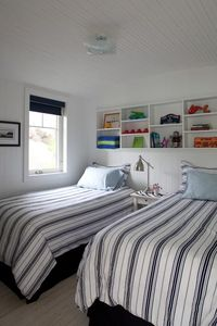 Second top floor bedroom with two twins beds with luxury high-threacount sheets.