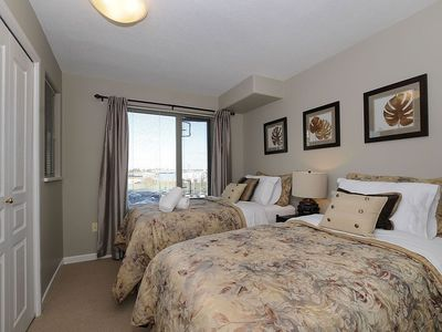 Victoria condo rental - Second bedroom with closet to left....or a king