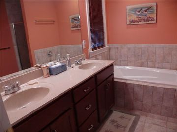 Large master bath w/dual vanity and large soaking tub.