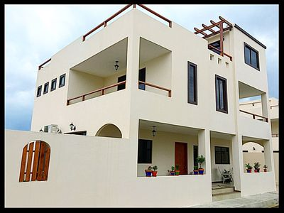 LUXURY 3B, 4 Full Bath Villa with Rooftop Views, Pool, Beach, Internet, Cable