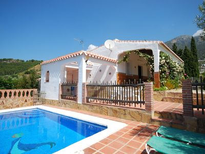 Detached villa with terrace, private pool and beautiful flowers