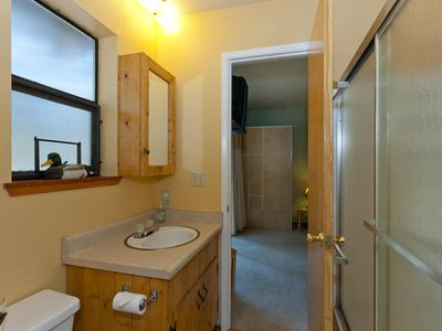 Truckee cabin rental - 2nd floor full bath located between the two bedrooms (Jack & Jill)