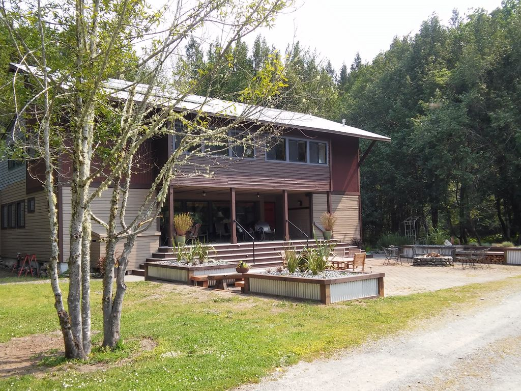 The chetco river inn secluded river vrbo for Cabin rentals brookings oregon