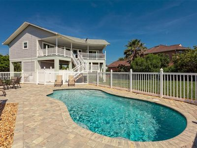 Coming to Florida to catch up on some much-missed sunshine? - Your private pool has a wide patio with a great choice of sun loungers.