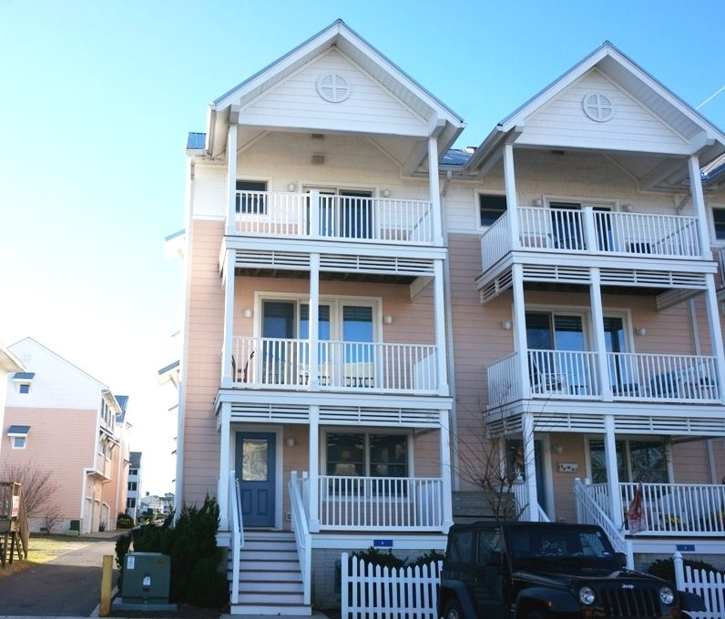 Spacious Townhome with Pool - Short Walk to Seacrets!