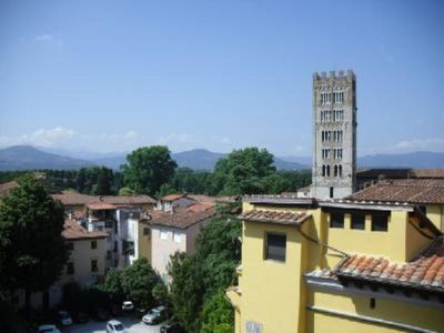 A LUMINOUS BEDSIT IN THE VERY HEART OF LUCCA.
