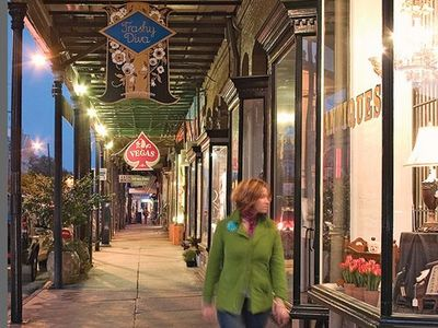 Walk through Audubon Park to Magazine St shopping, dining, coffee and dessert!