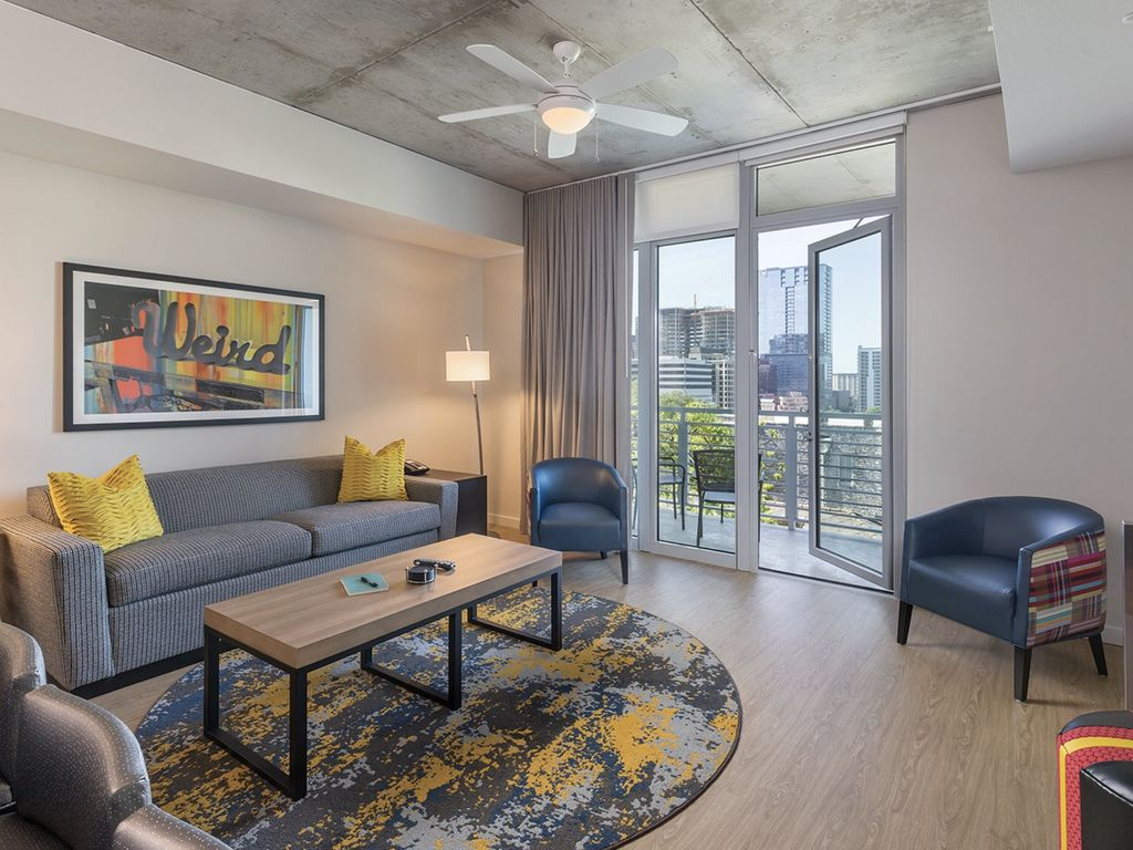 Downtown Austin 2 Bedroom Deluxe with Rooftop Pool in the Heart of everything