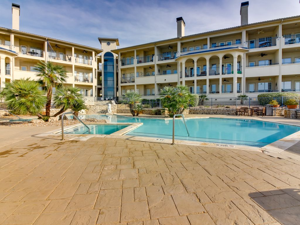 Gorgeous condo w/ shared pool, hot tub, & tennis courts!